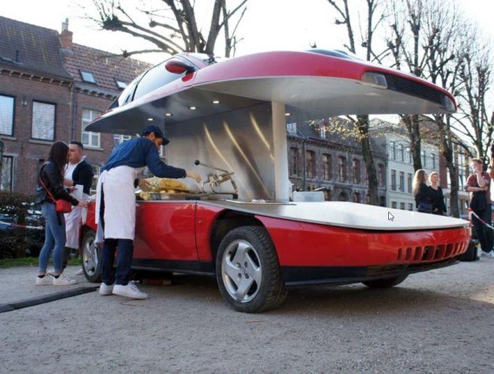 Kettévágott Fiat Coupéból árulnak sültkrumplit az utcán