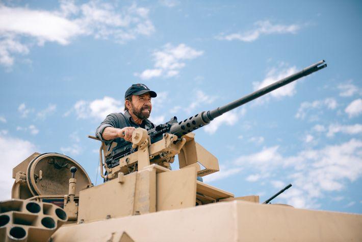 Chuck Norris most megmutatja, hogy a legdurvább harci járművektől sem fél