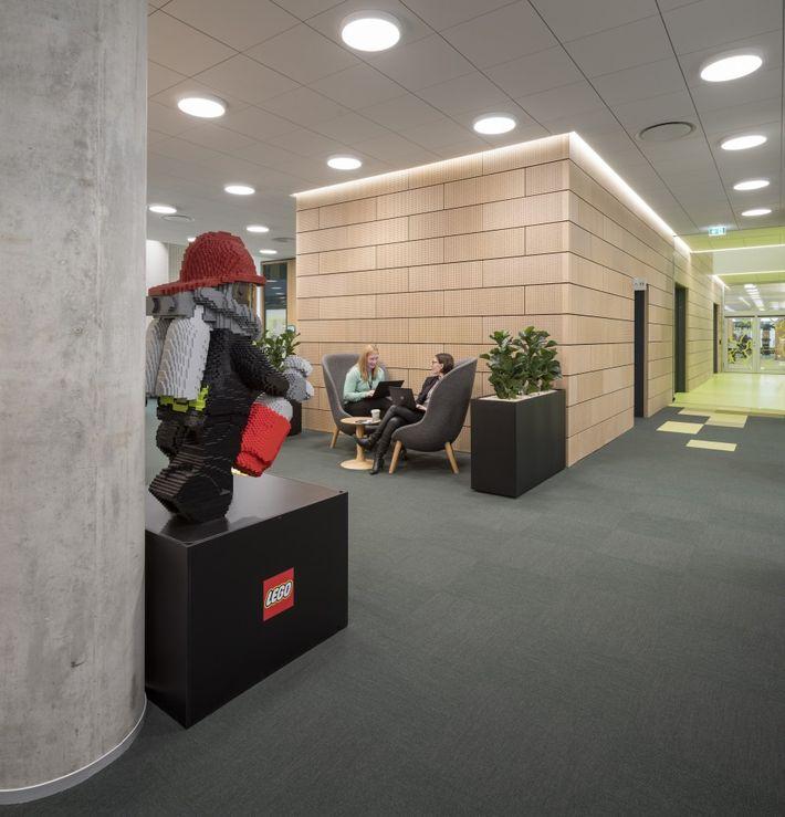 Hatalmas építőkockákból épül a Lego új központja